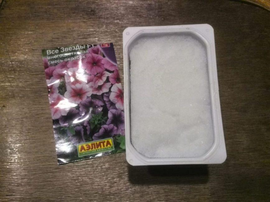 Контейнер с почвой и снегом для посева семян