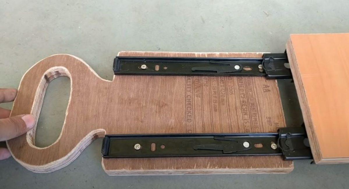 Устанавливаем на подвижной части и основе каретки направляющие