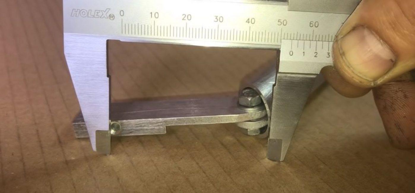 измеряем расстояние от места стыка до отверстия под заклепку