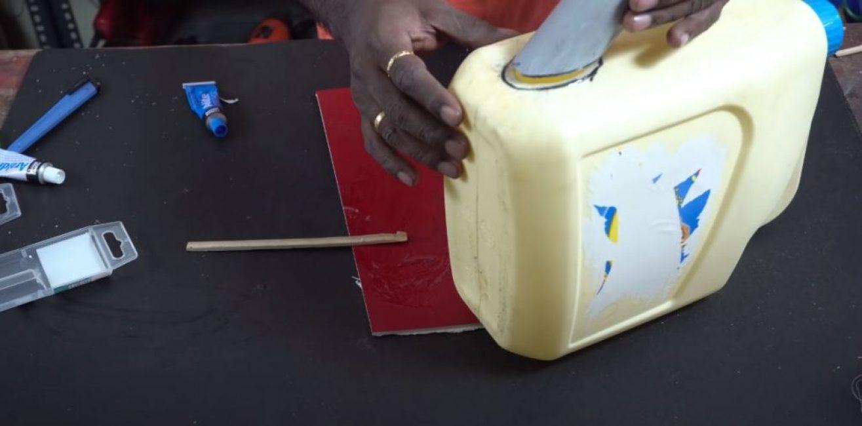 Срезанную часть носика приклеиваем к канистре