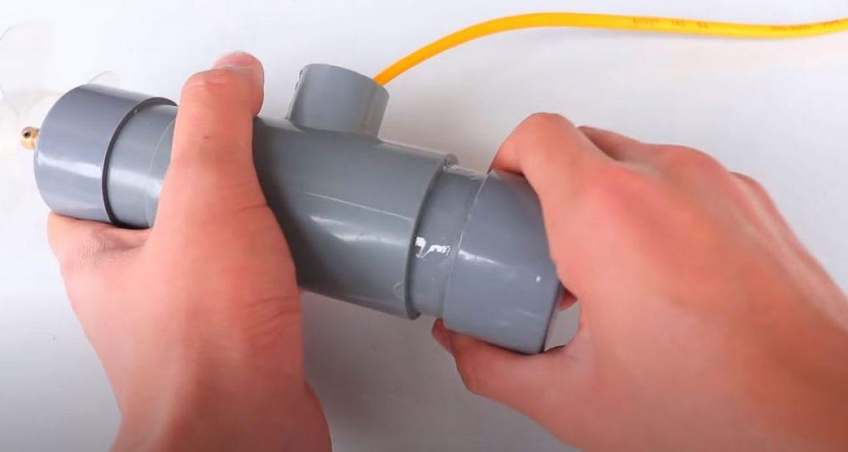 С другой стороны в тройник вклеиваем кусочек трубы со второй заглушкой