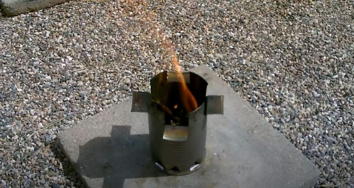 Укладываем топливо в плиту и разводим огонь