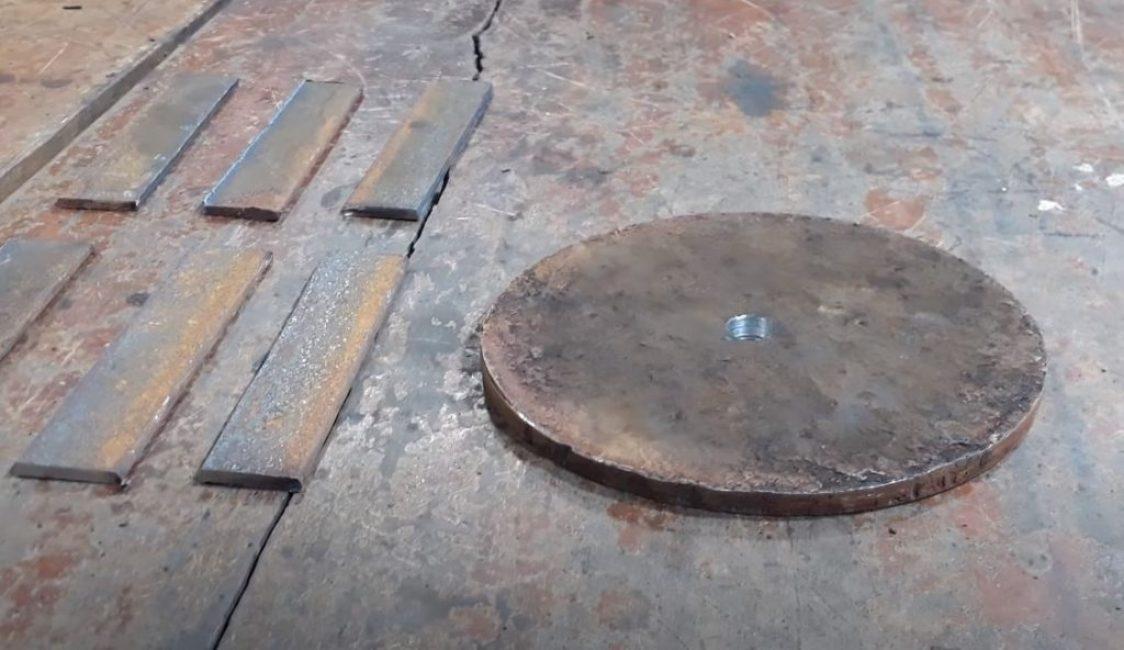 Из толстого металла вырезаем диск для ножа и шесть прямоугольных окончаний