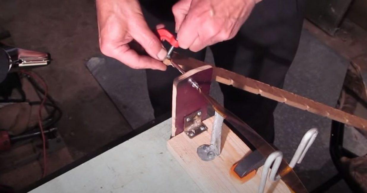 Протягиваем ленту через механизм