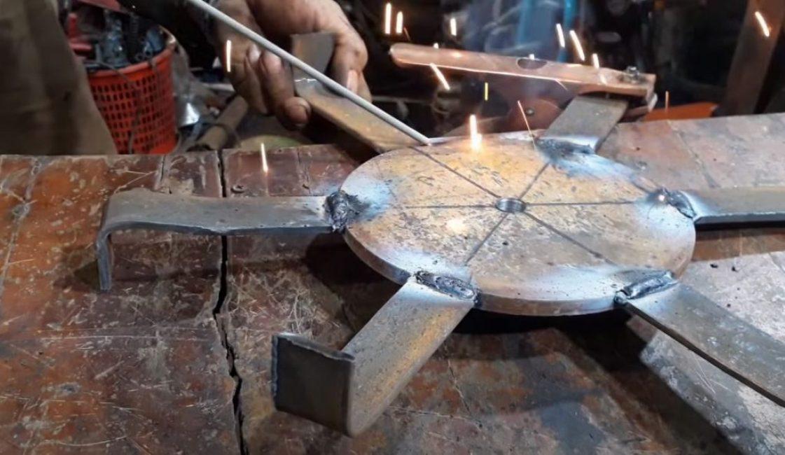 Загибаем края окончаний под углом 90 градусов и привариваем их к диску