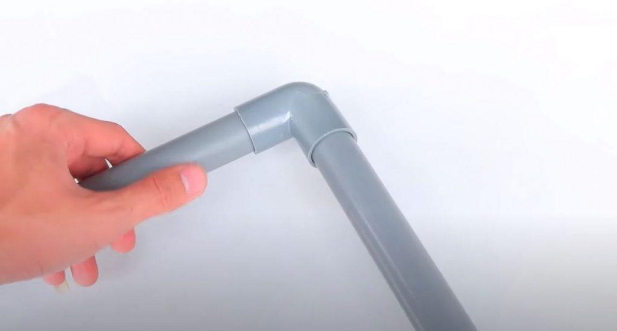 Через угол в 90 градусов подклеиваем второй кусок трубы