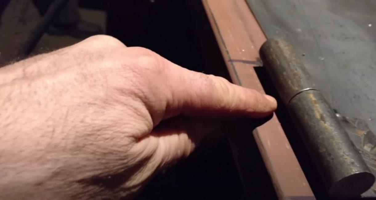 ривариваем неподвижную часть петли к дверной коробке