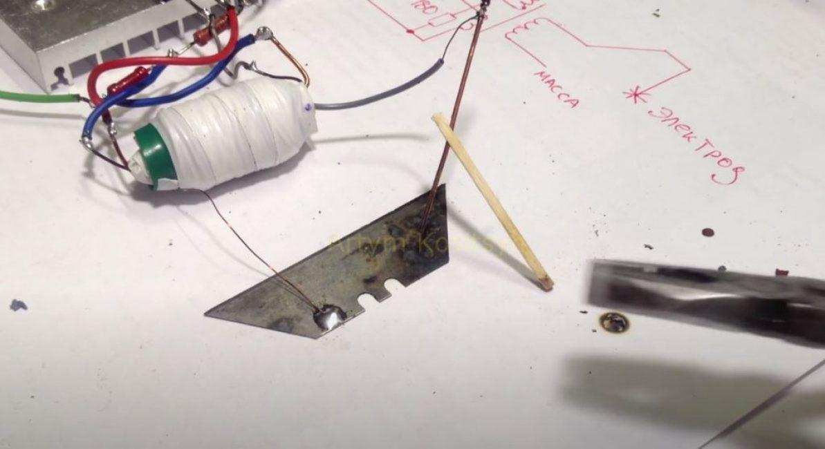В качестве электрода используем медную проволоку, вставленную в спичку