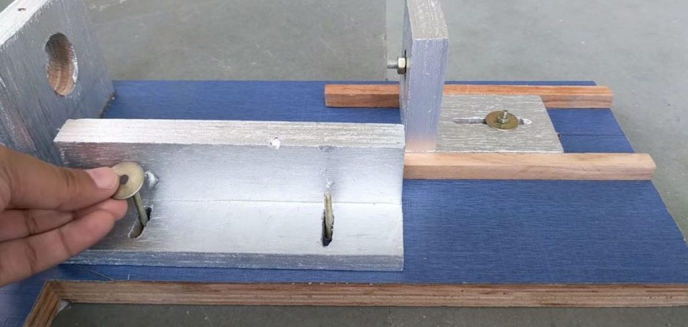 Сверху на основу приклеиваем две деревянных направляющих для задней бабки