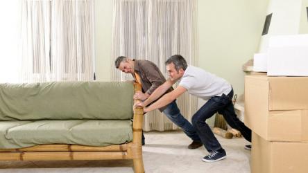 Как передвинуть тяжелую мебель не поцарапав пол: простой действенный способ