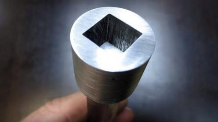 Как сделать квадратное отверстие в толстом металле? Пошаговая инструкция