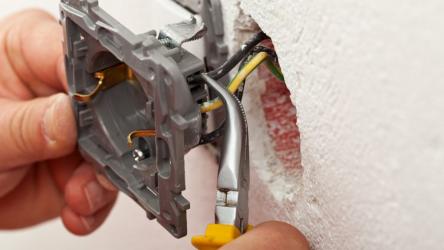 Нужно установить розетку, а провода слишком короткие? Простой лайфхак