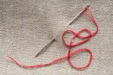 Как быстро вставить нитку в иголку с маленьким ушком: пошаговая инструкция